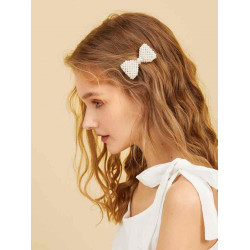 A pennette to decorate the hair with a bow tie with a faux pearl